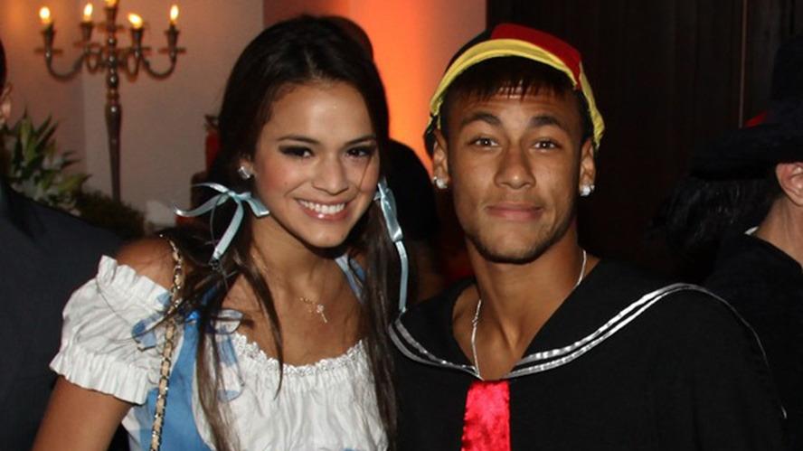 Bruna Marquezine utilizó pendientes en homenaje a Neymar.