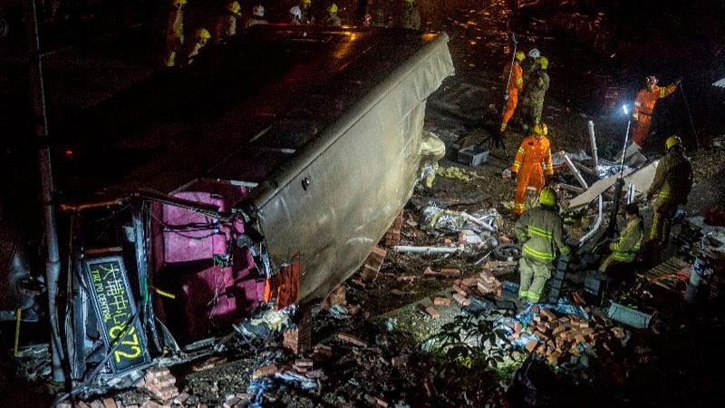 Los equipos de rescate tardaron más de una hora en retirar a todos los heridos del autobús.