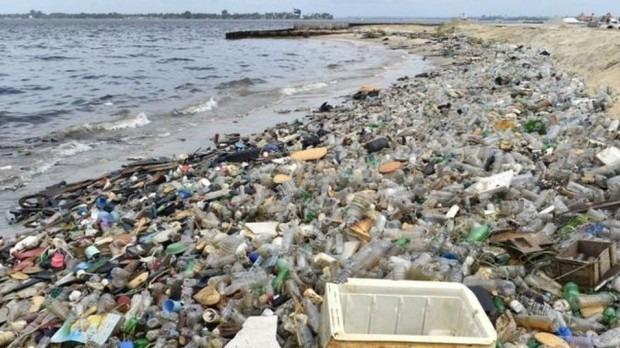 Entre el 2013 y el 2017, la campaña Hazla por tu playa (Hazla.pe) de Life Out Of Plastic recogió 124 toneladas de desechos en 783 playas y sistemas acuáticos.