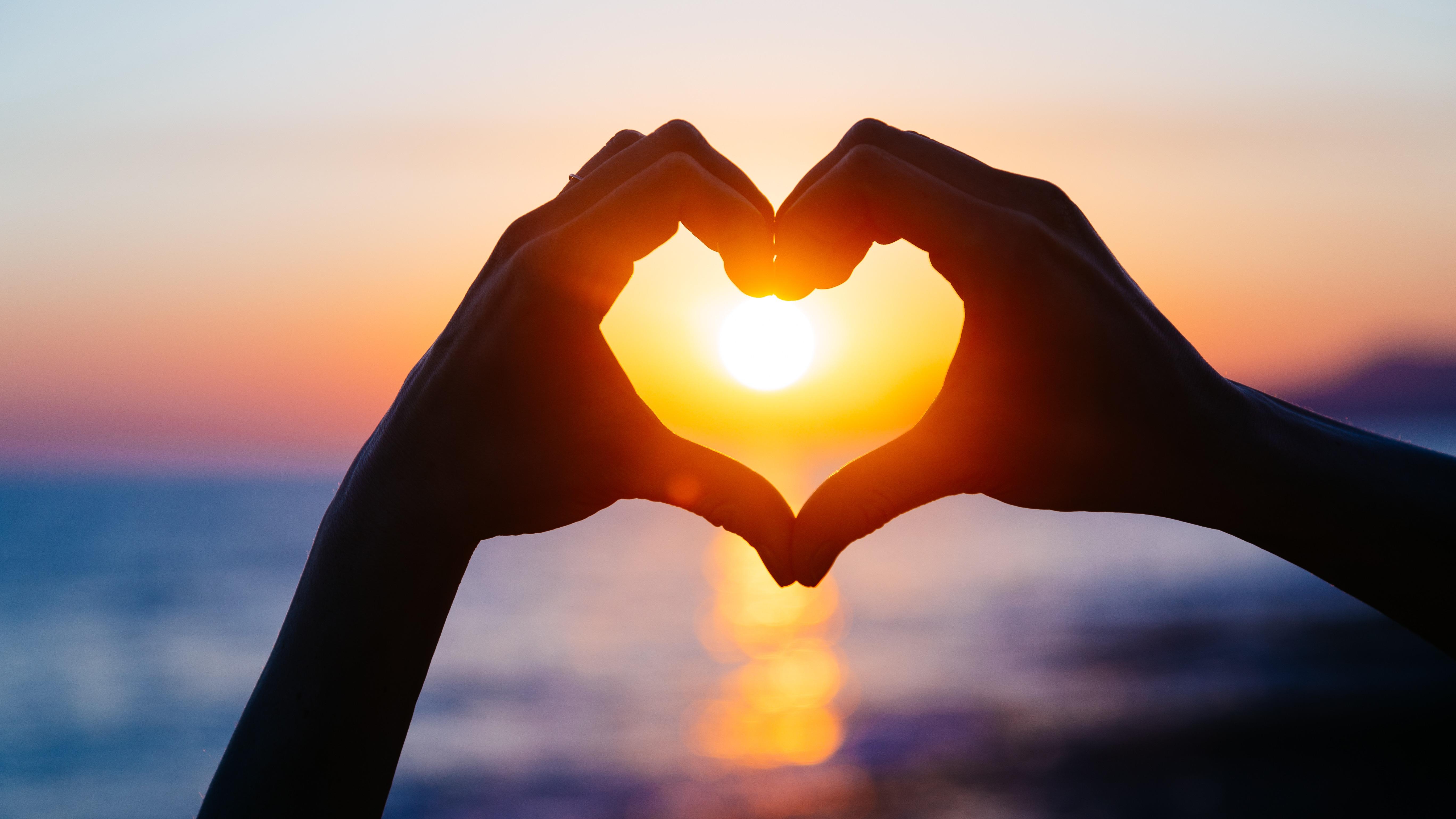 David Lira, neurólogo del Instituto Peruano de Neurociencias, explica que el amor es un proceso biológico que se inicia con una atracción física y tiene su raíz fisiológica en el hipotálamo.