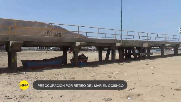 Los dos muelles han quedado en desuso porque los pescadores deben caminar un largo tramo llevando en hombros las cubetas con pescado.
