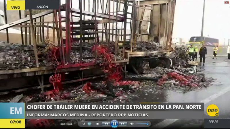El tráiler se incendió tras chocar contra un camión.