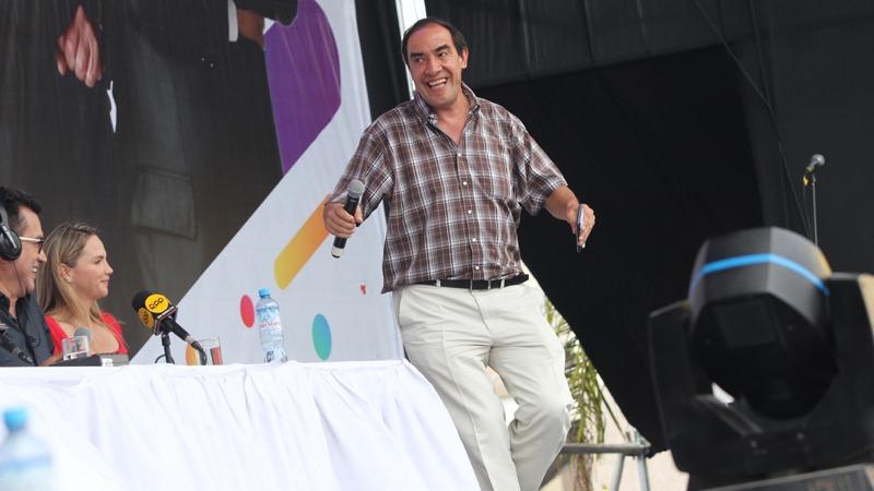 Yonhy Lescano cantó y bailó por los 25 años de Los Chistosos