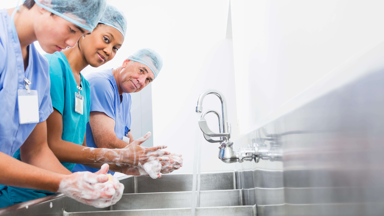 El cuidado en el correcto lavado de manos no solo debe ser parte de un procedimiento quirúrgico, sino también como parte de una rutina diaria.