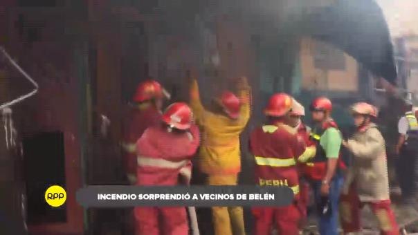 Bomberos realizaron denodados esfuerzos por evitar el avance del fuego debido a la falta de agua.