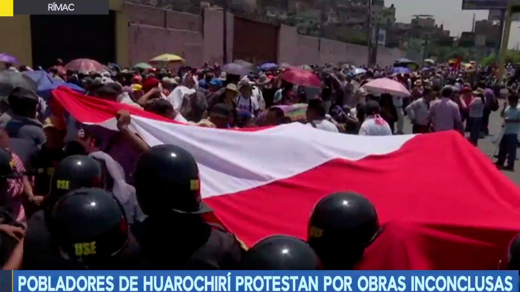 La Policía resguarda a los manifestantes.