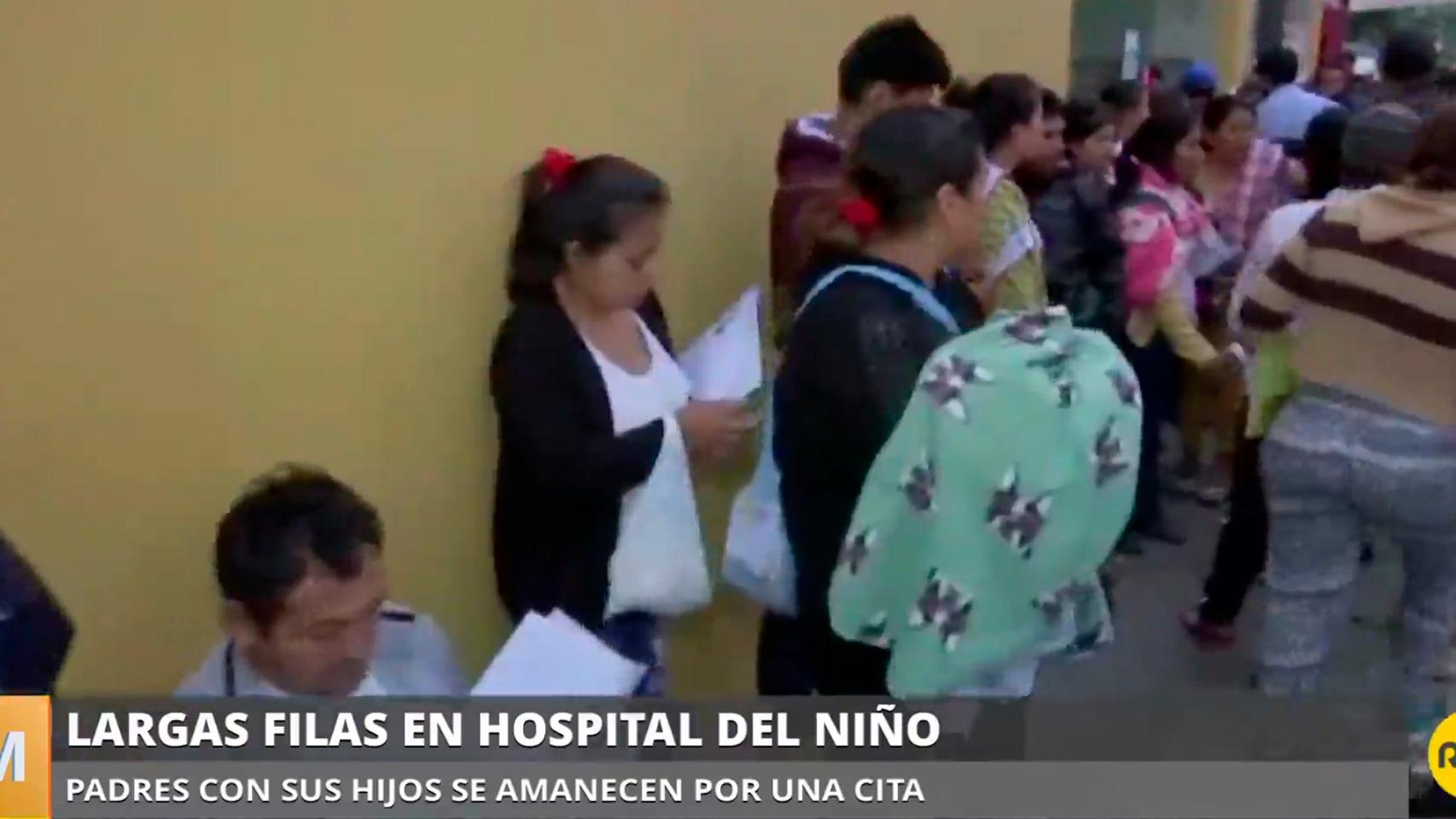 Padres con sus hijos se amanecen por una cita en el hospital.