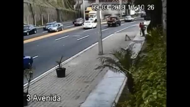Una cámara de seguridad grabó el instante en el que el camión impactó con el puente.