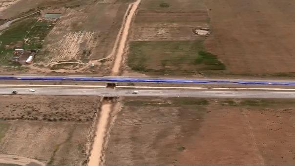 Video captado desde el aire que muestra la bandera desplegada a lo largo de la carretera entre Oruro y La Paz.