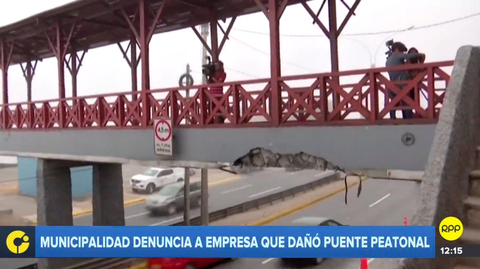 Municipalidad denunció a empresa que dañó puente peatonal.
