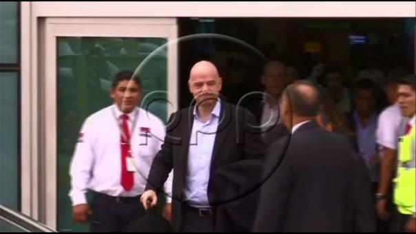 El presidente de la FIFA fue recibido por Edwin Oviedo y Teófilo Cubillas.
