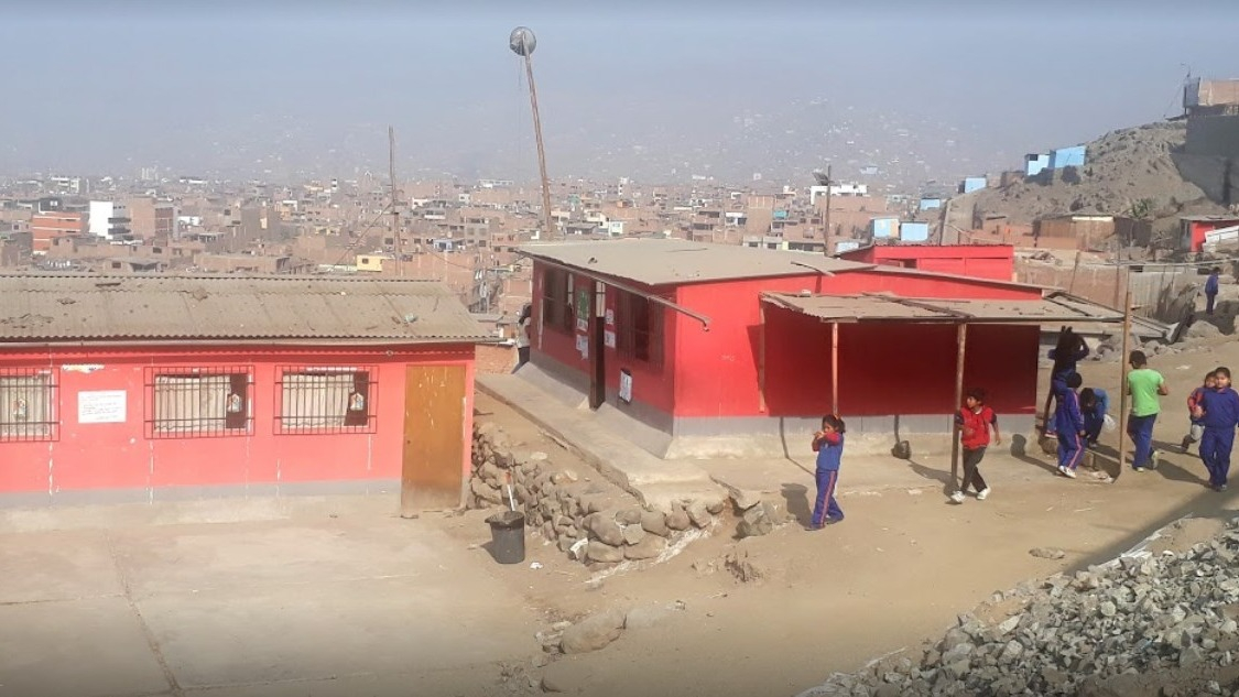 El colegio de inicial y primaria se encuentra en riesgo a desaparecer ante un sismo.