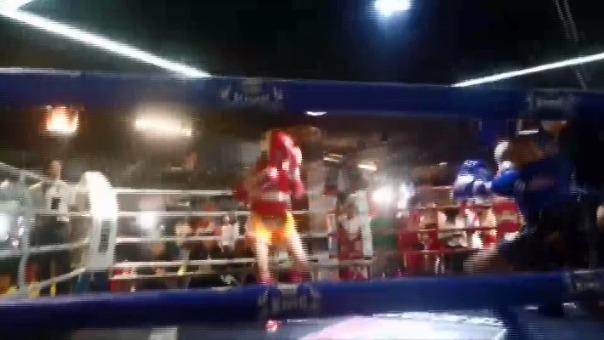 Con un rodillazo en la cara, Piero Pineda sacó adelante la pelea en Tailandia.