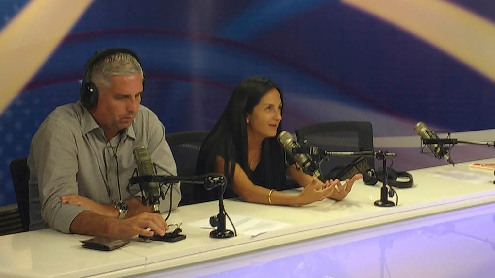 Milagros Llamosa junto al comentarista deportivo Diego Rebagliati en el programa Conexión de RPP.