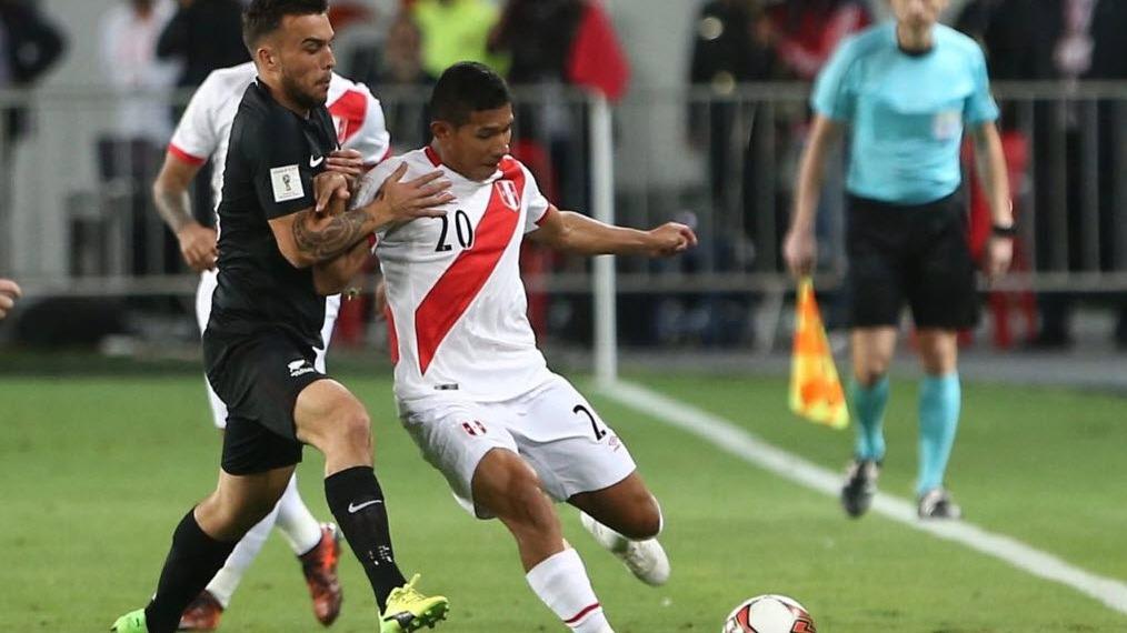 Edison Flores juega en la posición de centrocampista en la Selección Peruana de Fútbol.