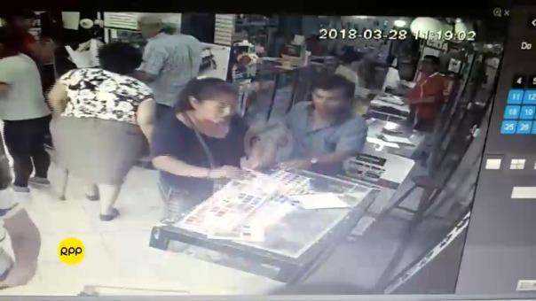 La pareja de delincuentes solo logro robar un celular. El propietario del local pide a otros emprendedores que tengas cuidado.
