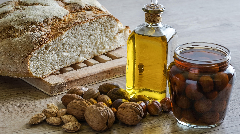 El aceite de oliva y las nueces son grasas insaturadas.