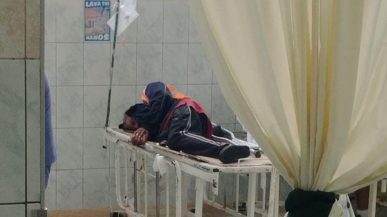 En el vídeo se aprecia al paciente dormir sobre la camilla pero sin colchón en el área de emergencias del Hospital Carrión.