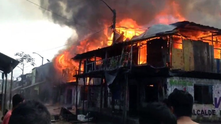 Más de 10 viviendas consumidas por incendio.