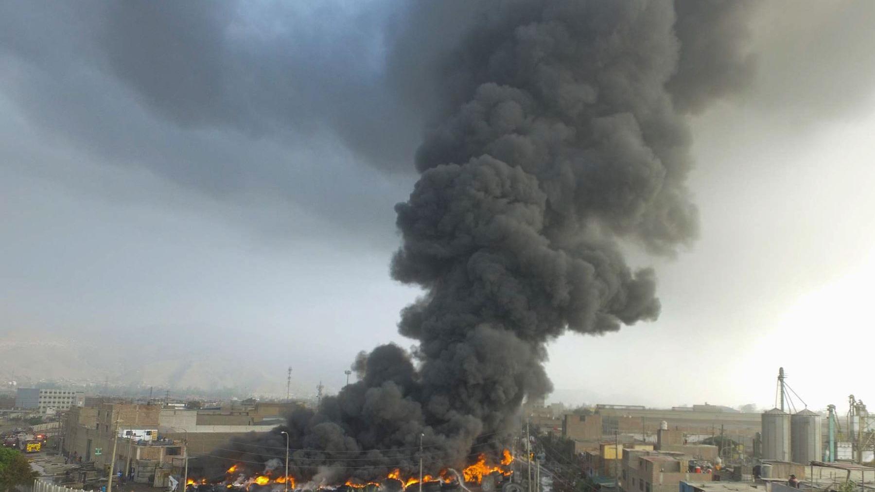 El viceministro hizo un llamado a la población a que por el momento se alejen de la zona de incendio por las altas partículas de contaminación.