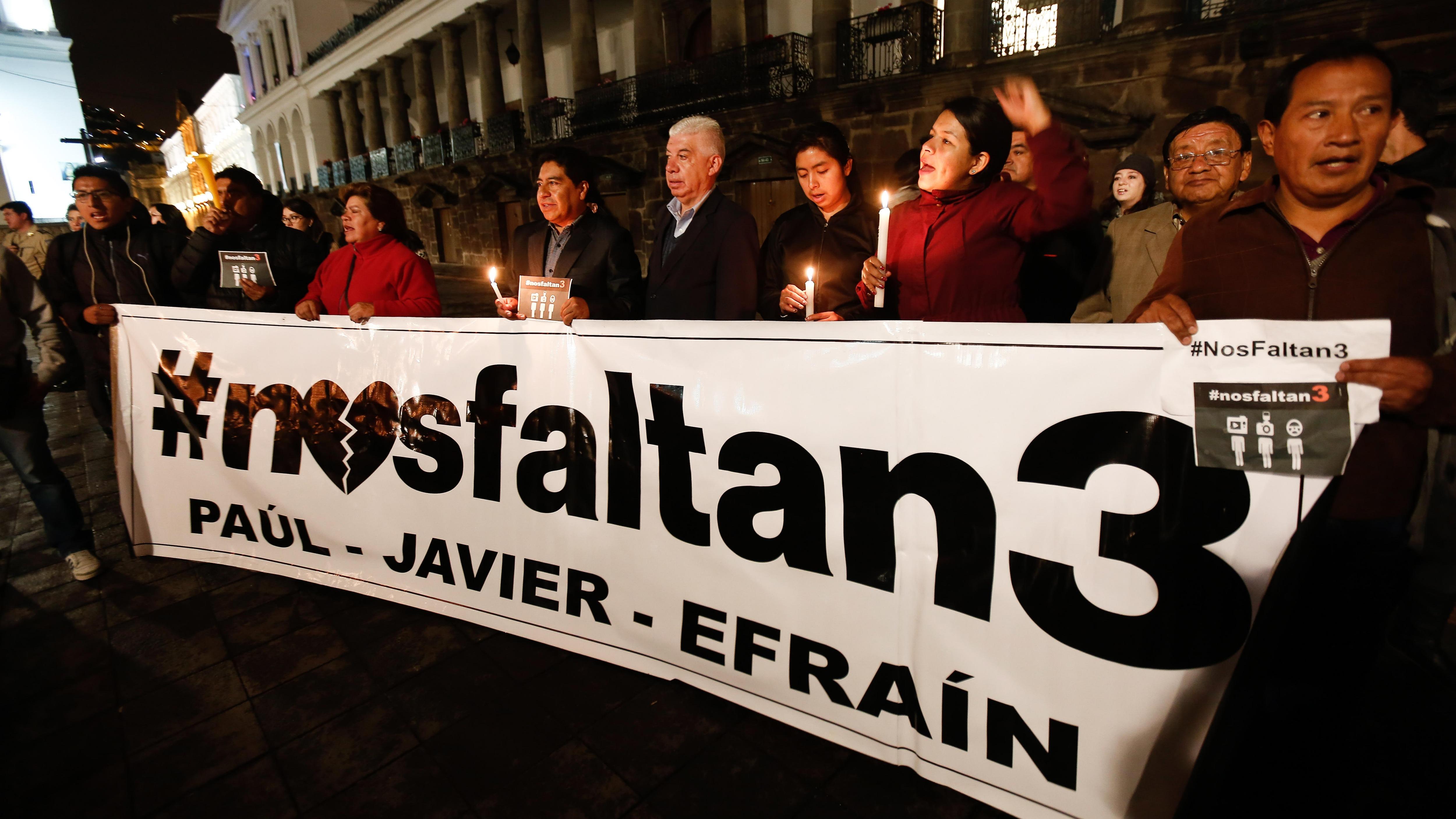 Familiares y grupos de periodistas se concentran frente al Palacio de Gobierno de Quito (Ecuador) el martes 3 de abril de 2018.