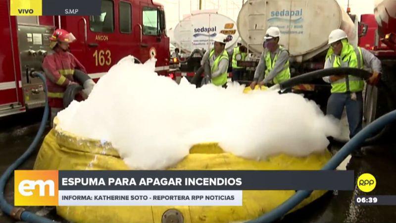 Los bomberos están utilizando detergente común para formar espuma.