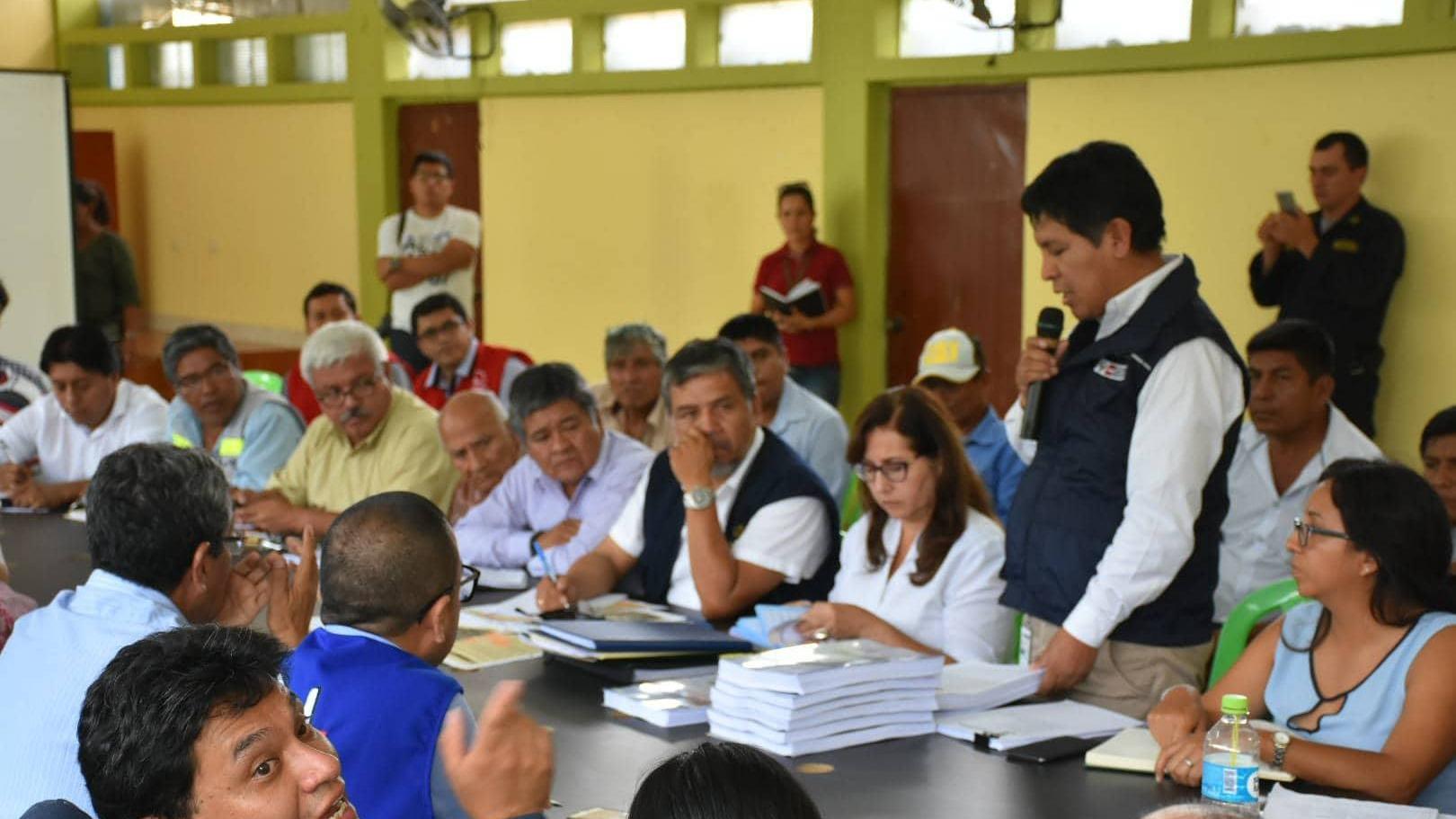Funcionarios del Ministerio de Vivienda informan a los asistentes