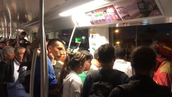 Los Bomberos apoyaron en las labores de evacuación de los pasajeros que viajaban en el tren en hora punta.