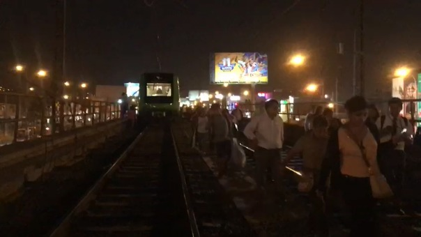 Los pasajeros tuvieron que caminar por las rieles del tren hasta la estación más próxima.