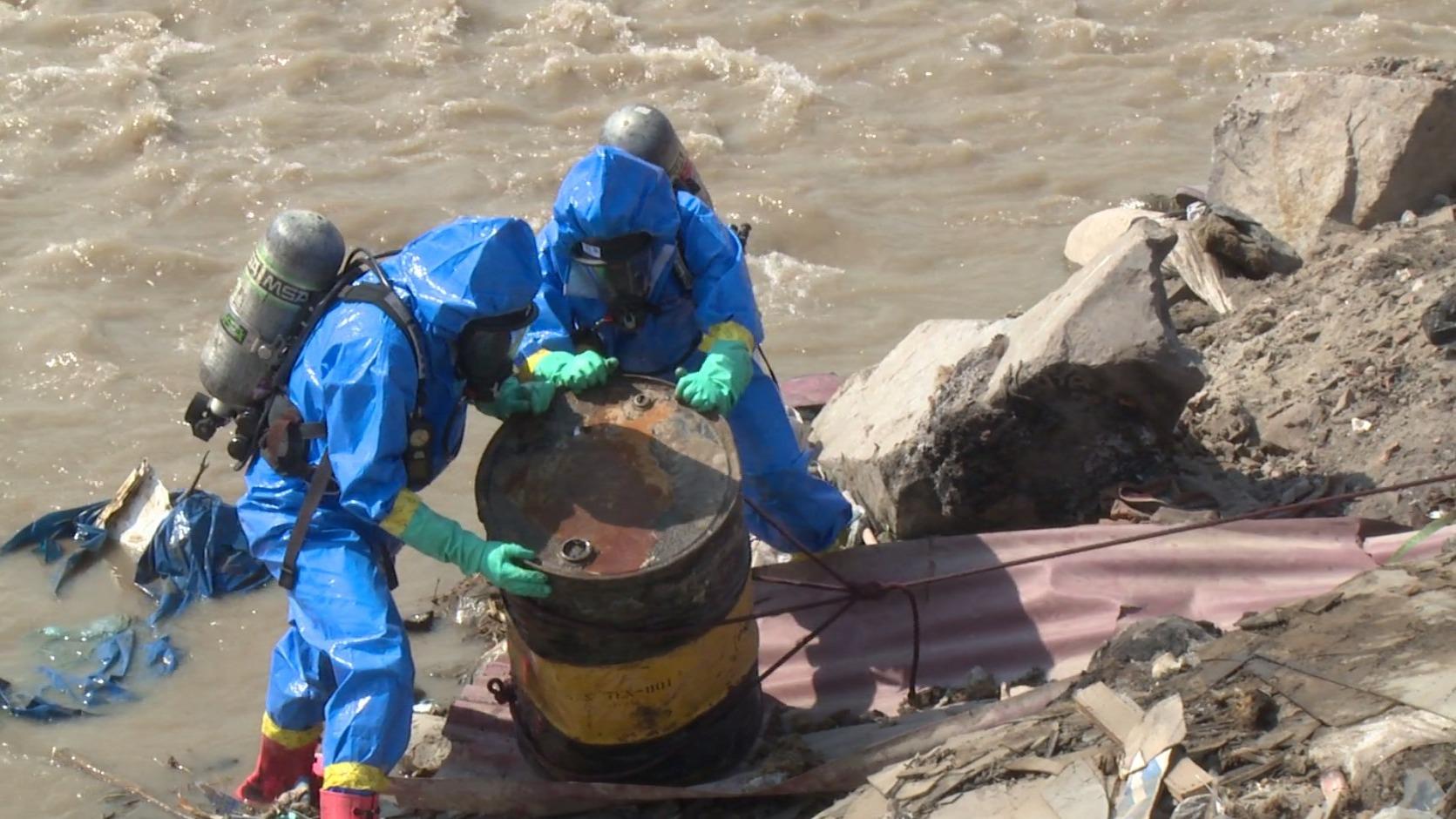 La Autoridad Nacional del Agua y bomberos retiraron nueve cilindros con material tóxico del río Chillón.