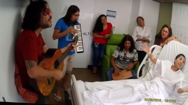 La banda de rock Amen sorprendió a una fanática que padece de cáncer al cuello uterino.