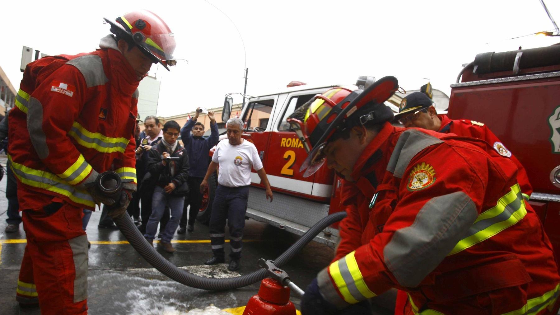 Bomberos Voluntarios de la Compañía de Salvadora Lima Nº 10, Cercado de Lima, denunciaron que desde el viernes ENEL no soluciona el problema de energía eléctrica.