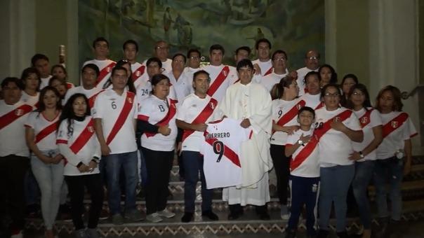 El cura que ofició la ceremonia posa junto al alcalde de Nuevo Chimbote con la camiseta de Paolo Guerrero.