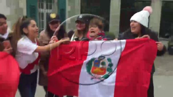 Hinchas peruanos no dudaron en interpretar música criolla mientras esperan decisión del TAS.