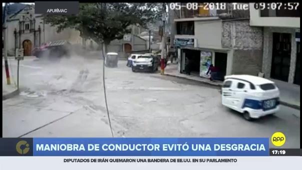 Cámaras de seguridad captaron cómo vehículo con fallas en los frenos transitó las calles a toda velocidad hasta volcarse, milagrosamente no se reportaron heridos.