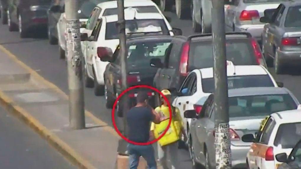Cámaras registraron a un delincuente arrebatando celulares en Cercado de Lima.