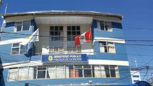 El fuerte viento cusqueño hizo flamear la bicolor, mostrando el escudo peruano al revés.