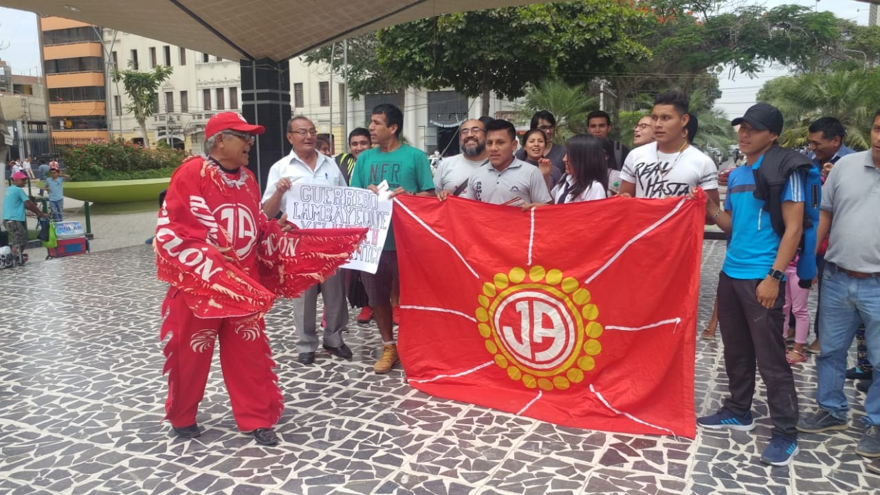 Hinchas chiclayanos le brindan respaldo a Paolo Guerrero