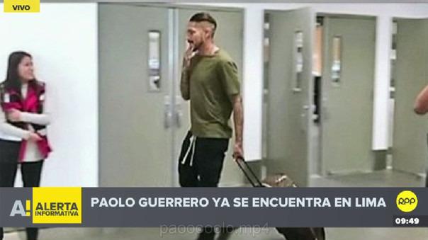 Paolo Guerrero aterrizó en el aeropuerto Jorge Chávez junto a su madre.