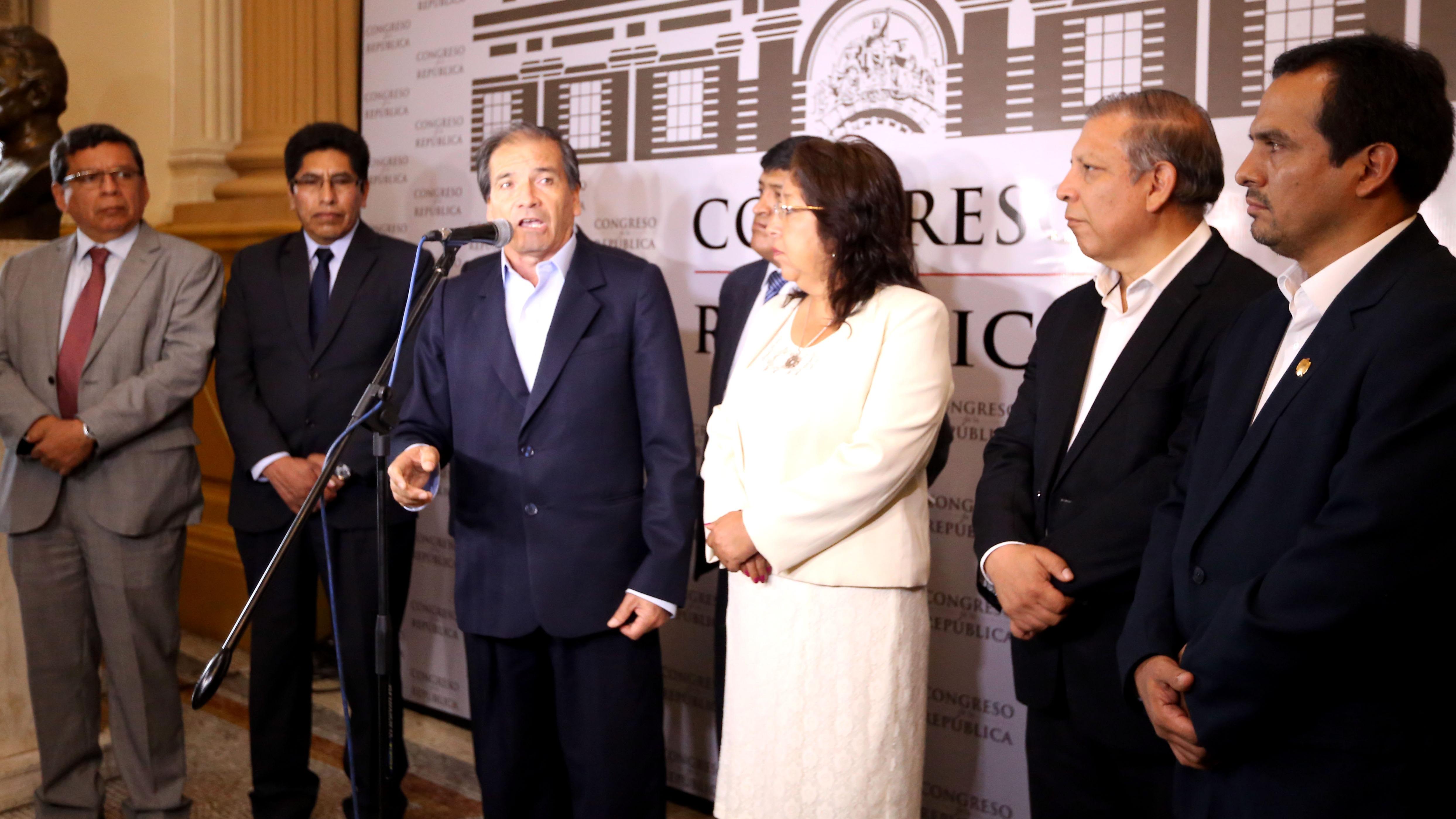 Los parlamentarios  del Frente Amplio realizaron un pronunciamiento en el Congreso.