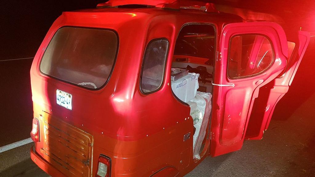 Tras el hallazgo, la Policía comunicó el hecho a la Fiscalía Mixta de Cañete, mientras que la droga y el vehículo incautados fueron puestos a disposición del departamento antidrogas de la zona.