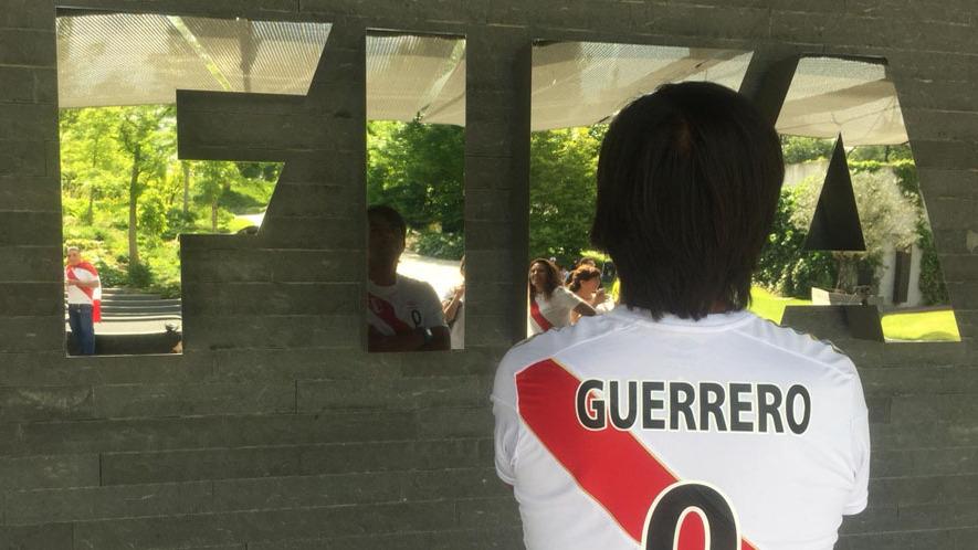 Paolo Guerrero recibe el apoyo de los peruanos en Suiza.