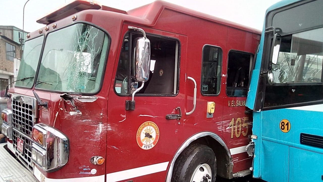 Bus impactó contra una unidad de bomberos en Villa El Salvador