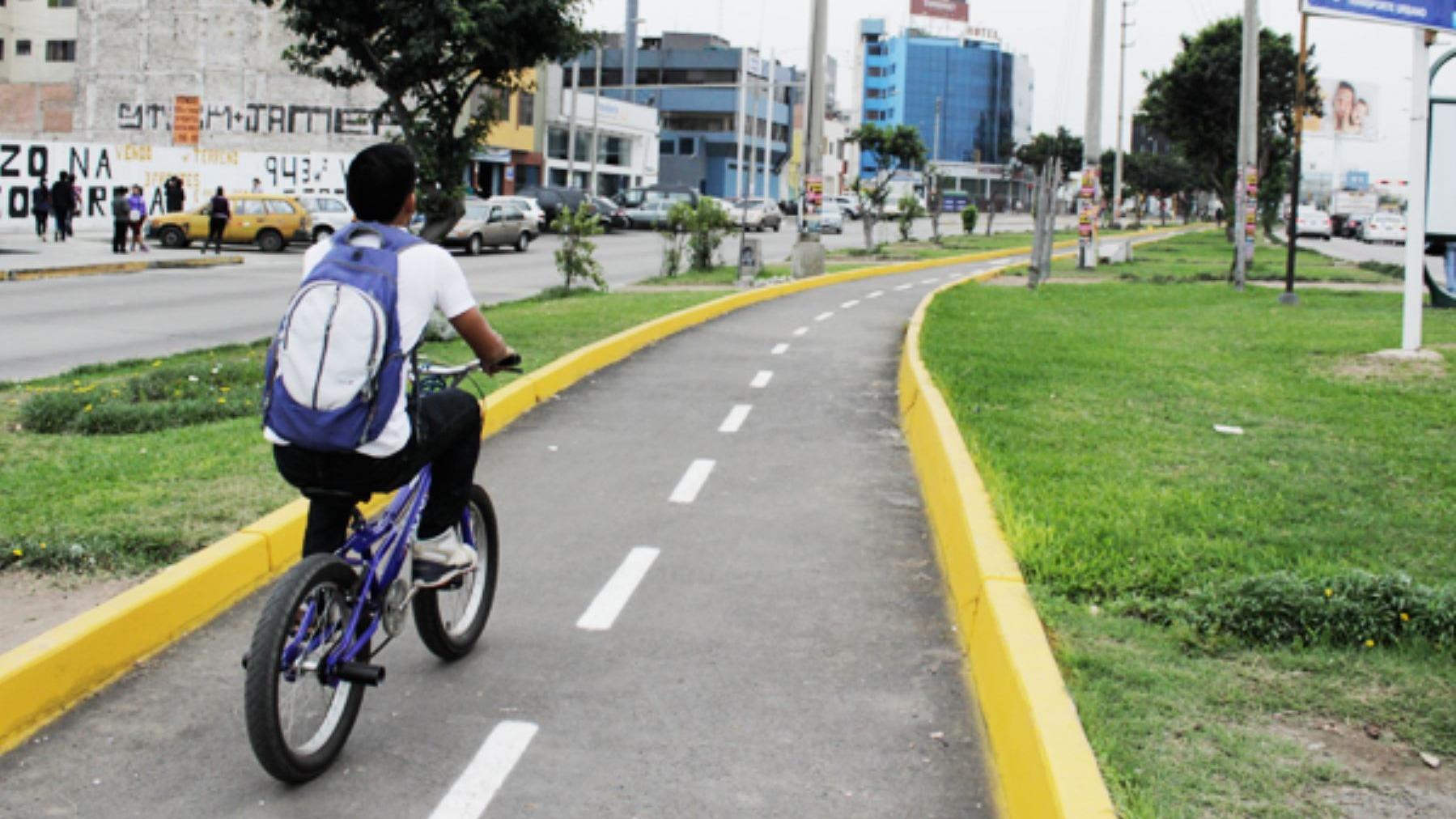 Ambulantes invaden ciclovía en San Martín de Porres.