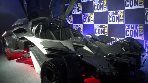 El 'batimovil' a escala real ya se luce en la Comic Con Lima 2018.