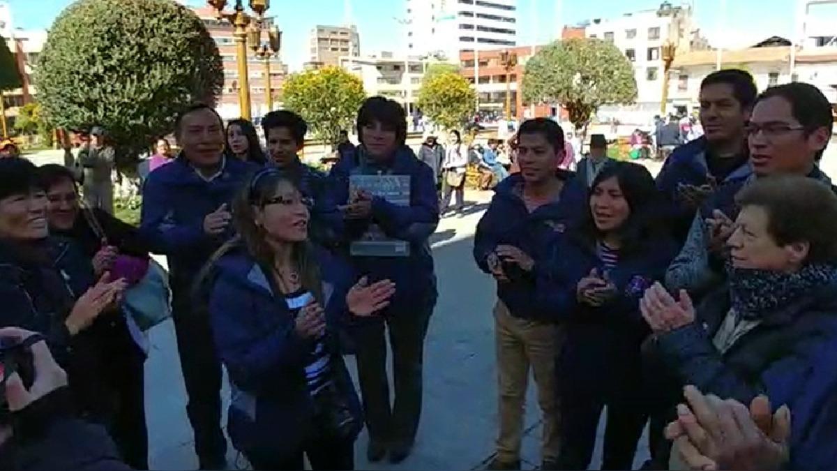 Tras celebrarse una misa en la Catedral de Huancayo, los fieles espectaron el momento en pantalla gigante.