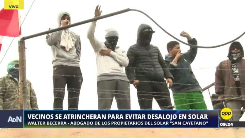 Con palos, piedras y bombas molotov, estas personas están dispuestas a defender lo que consideran su propiedad.
