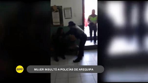 Un video que circula por redes sociales muestra cómo la mujer reacciona ante los policías, quienes pese a enmarrocarla continuaban recibiendo improperios.