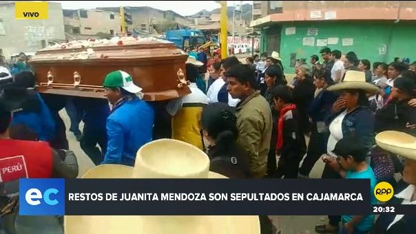 Cientos de personas acompañaron el cortejo fúnebre de Juanita Mendoza.