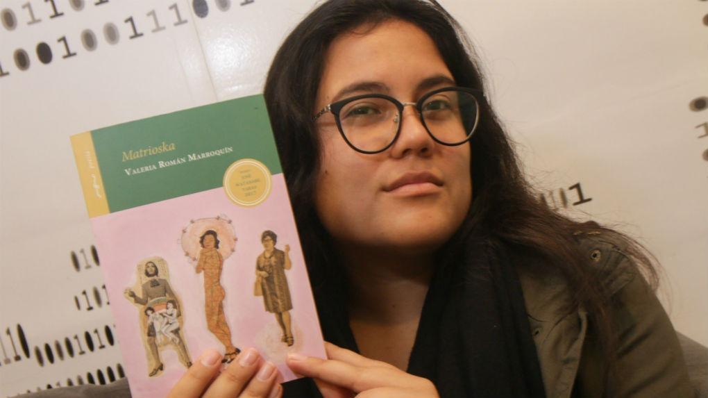 """Valeria Román da detalles de su poemario """"Matrioska"""", con el que ganó el Premio José Watanabe Varas 2017."""